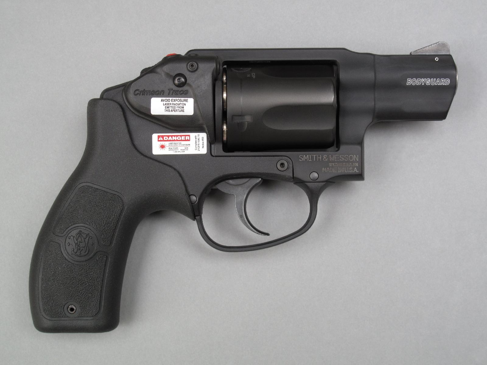 Le flanc droit reçoit un désignateur laser spécialement conçu par la firme américaine Crimson Trace pour s'intégrer de façon parfaite à ce modèle de chez Smith & Wesson.