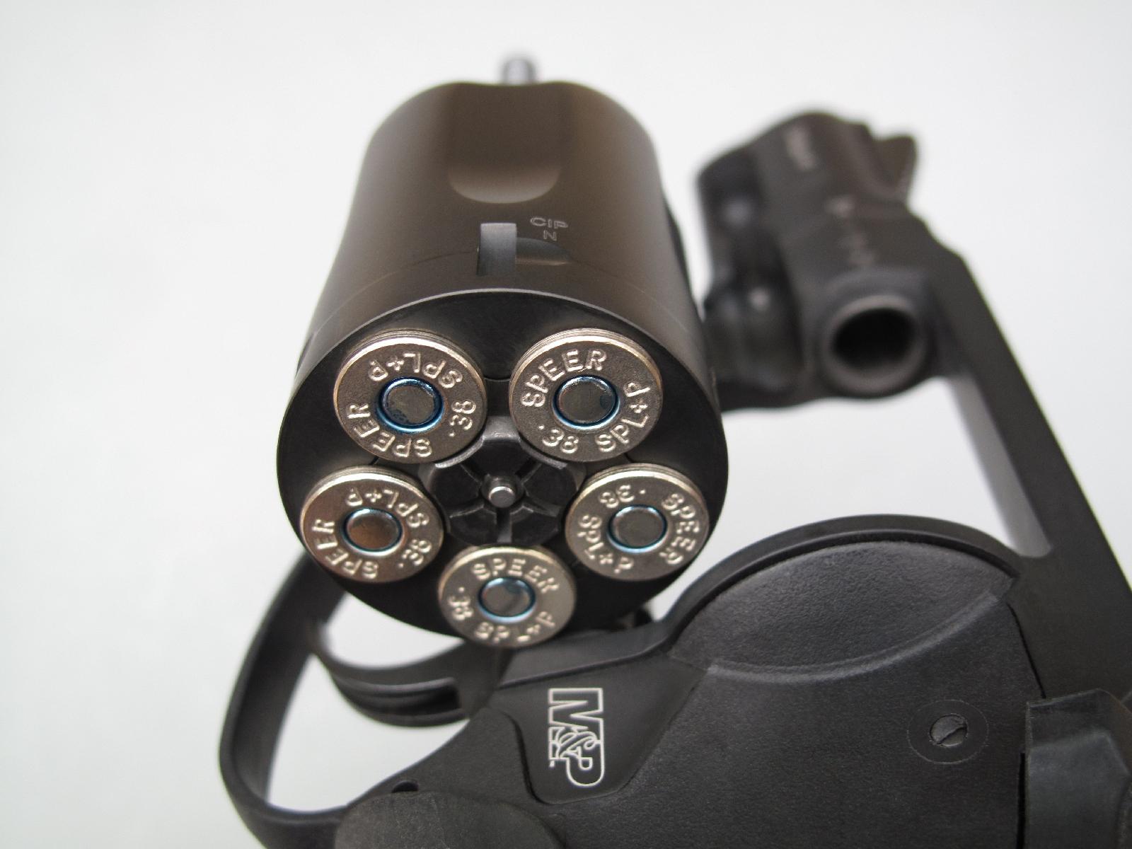 Ce revolver est doté d'un barillet à cinq coups, ce qui constitue un compromis encombrement/capacité très acceptable pour une arme de poche chambrée en calibre .38 Special.