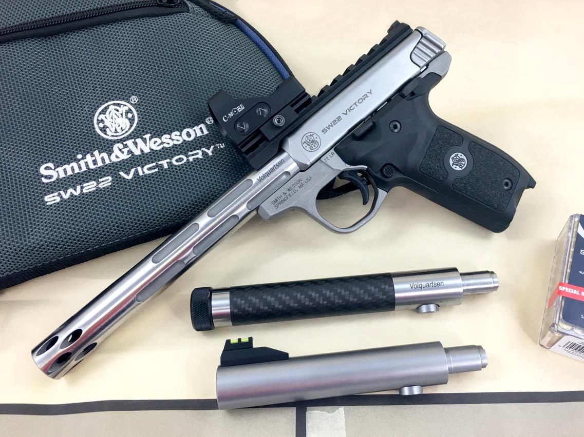 Le SW22 Victory étant doté d'un système de canons interchangeables, le Bull barrel qui l'équipe d'origine peut être instantanément démonté et remplacé par l'un des canons customs proposés par la firme américaine Volquartsen Firearms (photo : www.shootingsportsretailer.com).