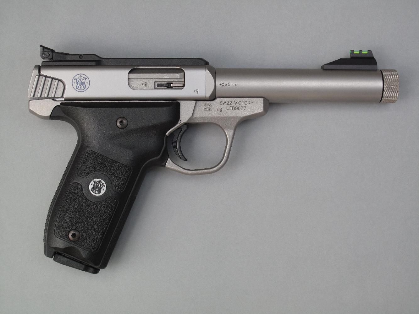 Ce pistolet semi-automatique, qui bénéficie d'une fabrication en acier inoxydable, est équipé d'origine d'éléments de visée dotés de fibres optiques et d'un canon fileté permettant la fixation d'un modérateur de son.