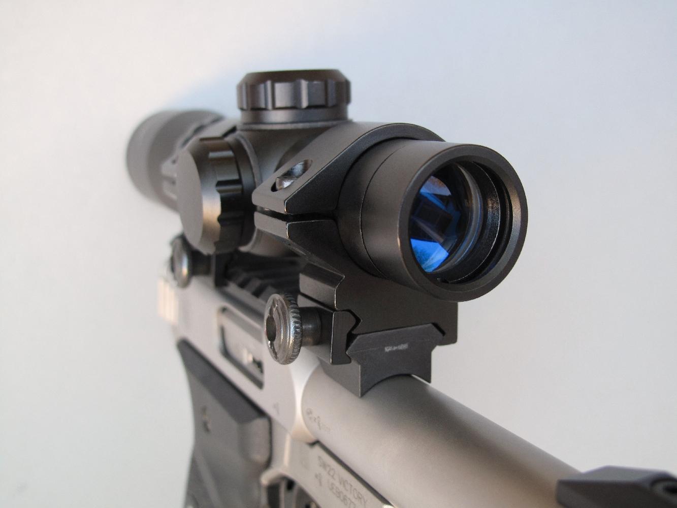 Le rail Picatinny livré avec l'arme permet l'installation d'une visée optique, en l'occurrence une lunette grossissante dédiée aux armes de poing.