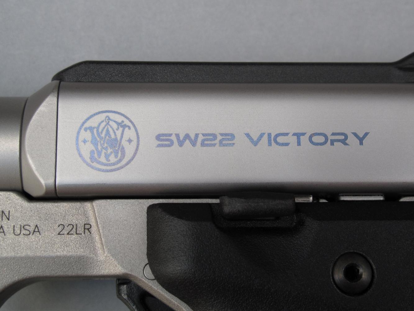 Le sigle de la firme américaine et le nom du modèle figurent sur le côté gauche du boîtier de culasse, finement gravés au laser et soulignés par une discrète peinture bleue métallisée.