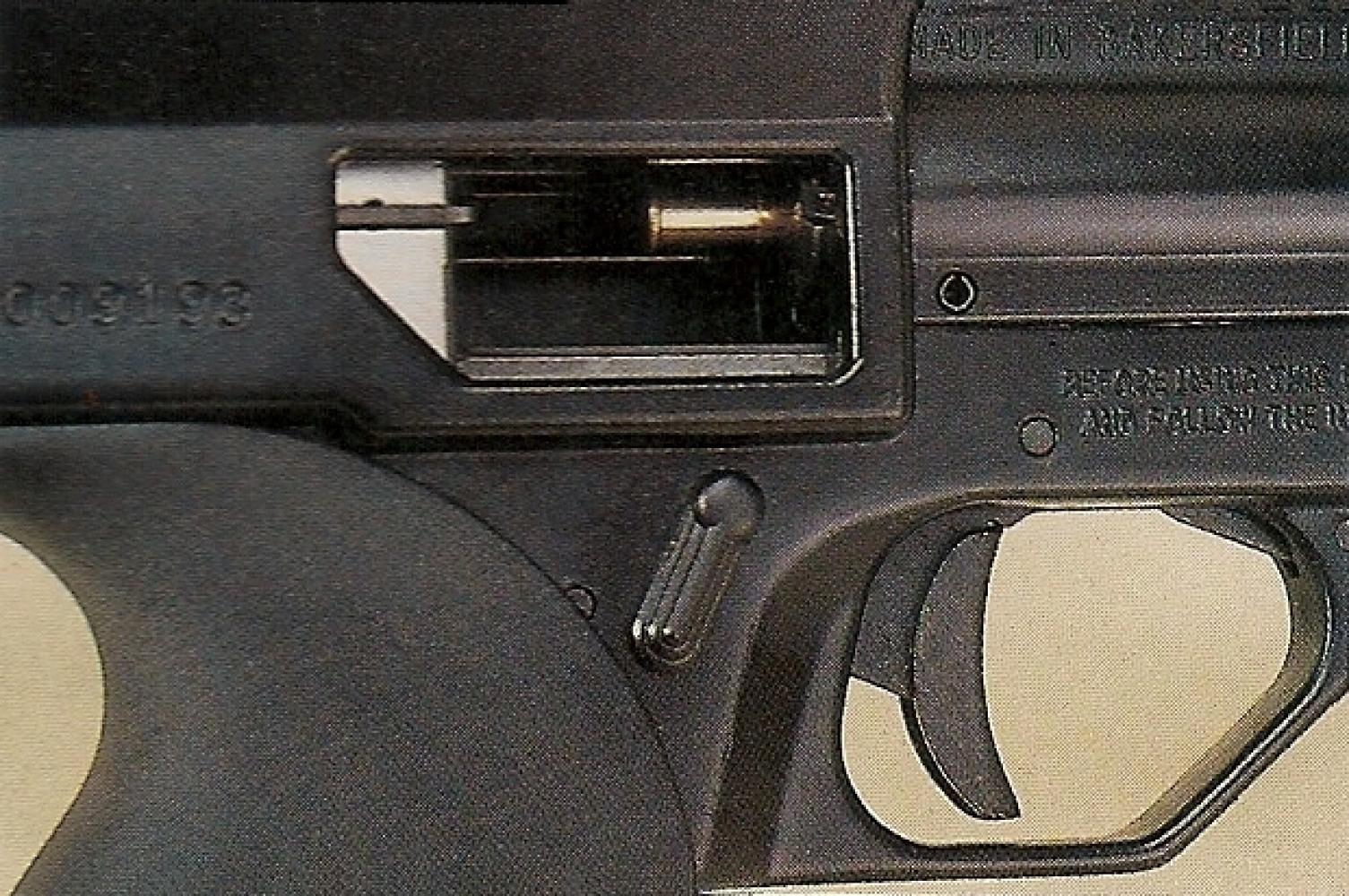 Le pistolet Calico M-111 doit être chargé au coup par coup après avoir bloqué sa culasse en position arrière.
