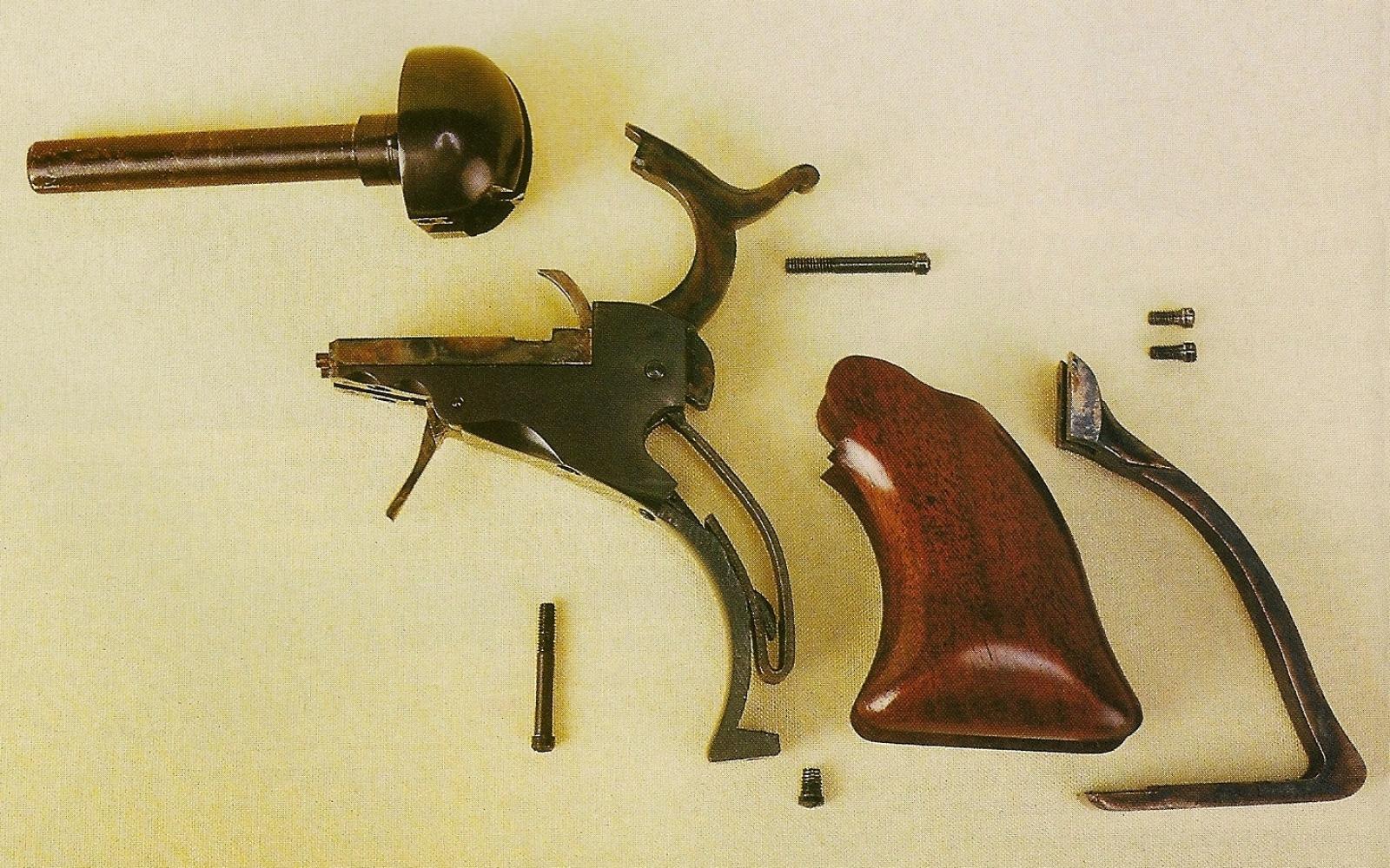 Le mécanisme des Colt Paterson est beaucoup plus complexe que celui qui équipera les revolvers Colt de la seconde génération. Heureusement son démontage, assez délicat, n'est pas indispensable lors du nettoyage : sa conception intelligente et ses ajustages serrés le protègent assez efficacement contre l'intrusion de résidus de poudre brûlée.