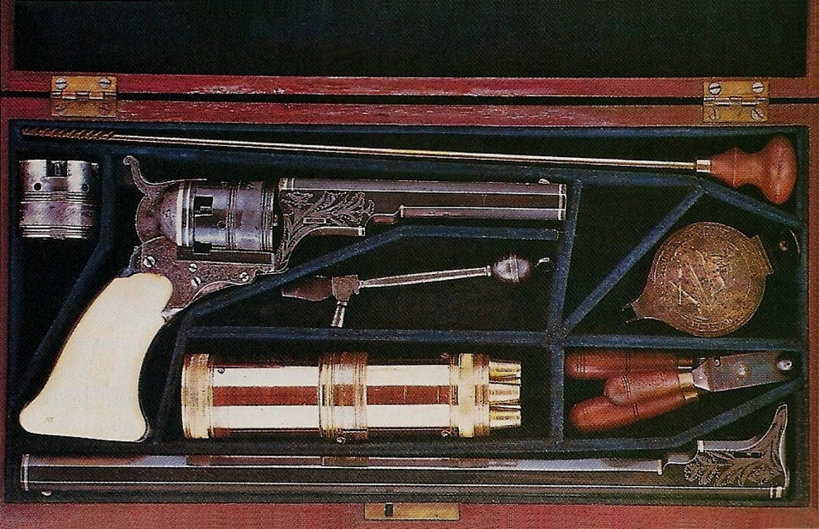Ce somptueux coffret d'époque en acajou renferme un « Belt model Paterson n°3 » gravé, incrusté de fils d'argent et doté d'une poignée en ivoire. Il est muni d'un canon de 4 pouces 5/8 mais le coffret renferme également un canon d'une longueur de 12 pouces ainsi qu'un barillet de rechange et quelques accessoires spécifiques (photo provenant de l'ouvrage « Colt Engraving »).