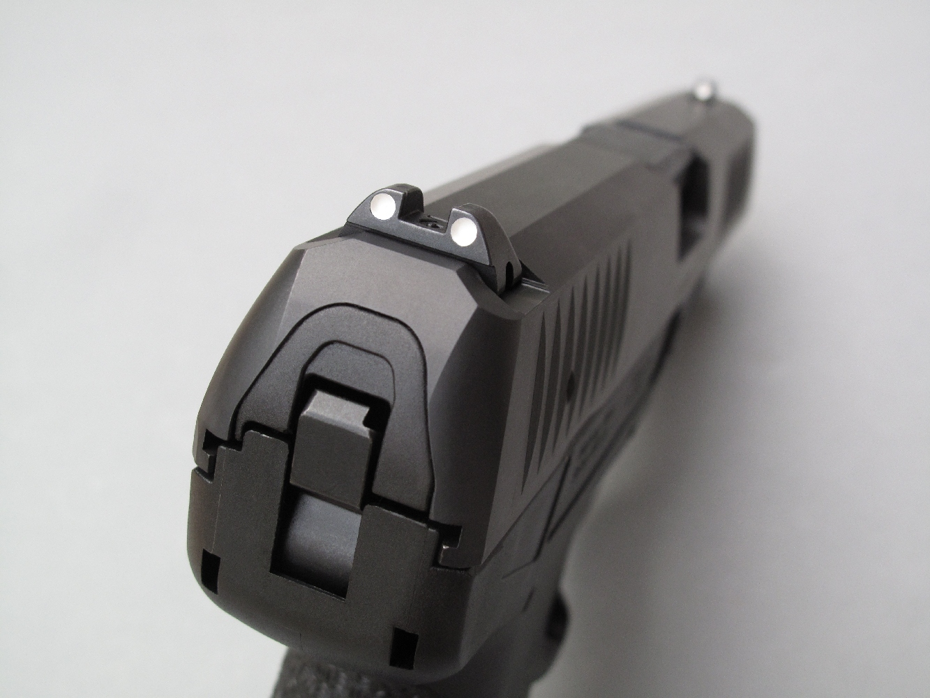 Ses éléments de visée en acier, hausse et guidon, qui sont installés à queue d'aronde aux deux extrémités de la culasse à glissière, disposent d'une aide à la visée par alignement de trois points blancs.