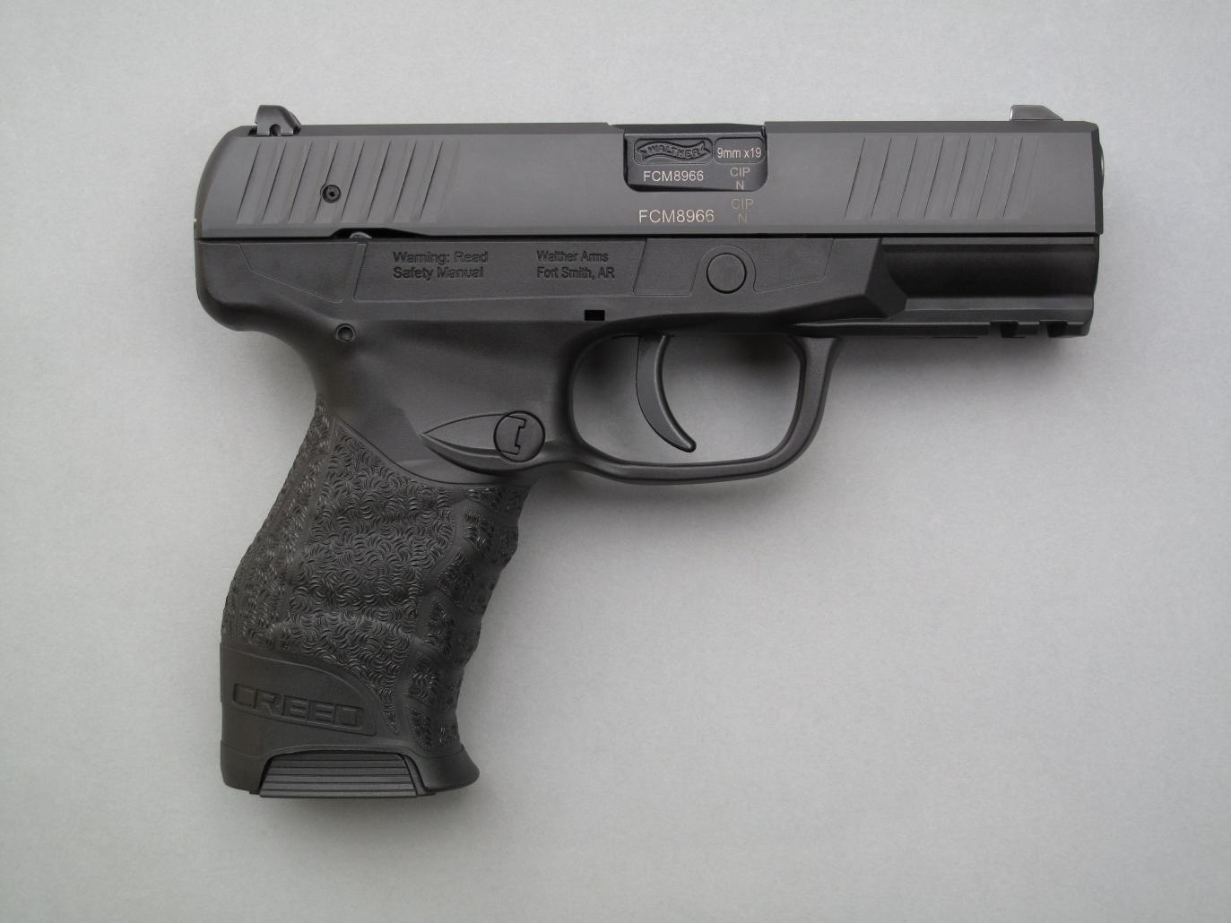 Le Walther Creed est un pistolet semi-automatique chambré en calibre 9 mm Parabellum qui fonctionne au moyen d'une platine DAO (Double Action Obligatoire) actionnant un petit marteau dont l'armement se révèle léger comme une plume.