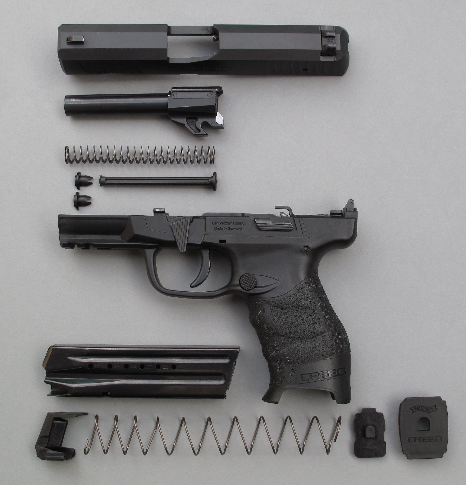 Démontage sommaire de l'arme, incluant celui du chargeur et du ressort récupérateur.