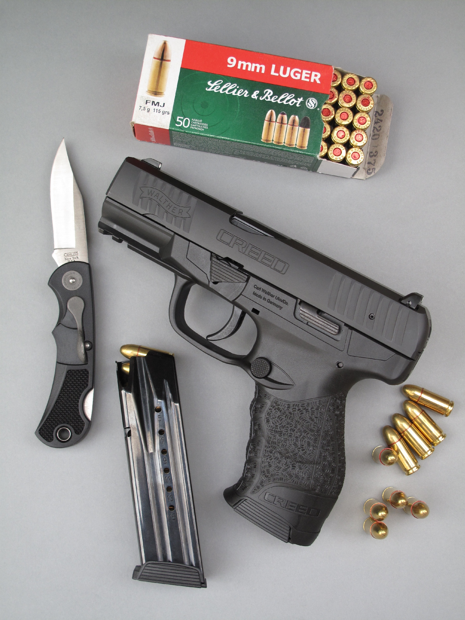 Le pistolet Walther « Creed » que nous avons testé est accompagné ici d'un couteau pliant modèle « Lev-R-Lox » fabriqué par la firme américaine Camillus, dont l'ouverture à une seule main est commandée par un levier latéral.