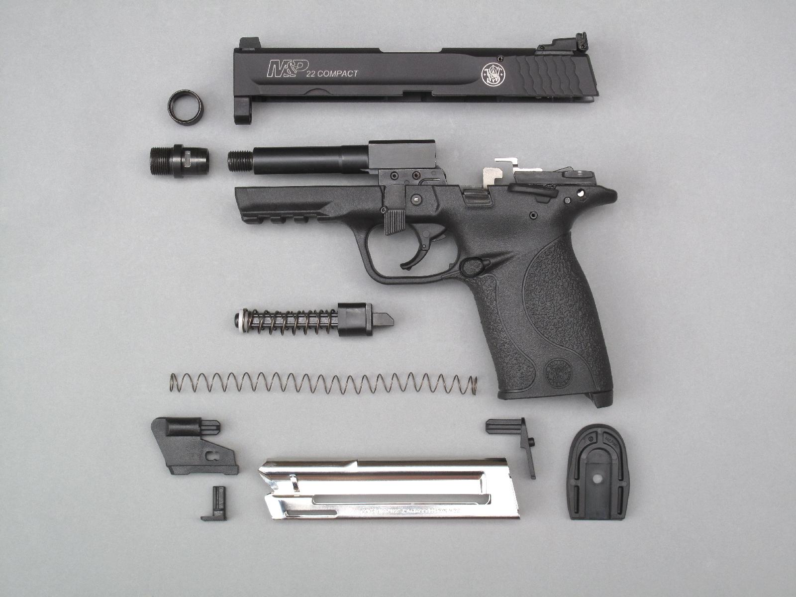 Le démontage sommaire de l'arme, afin d'en réaliser le nettoyage et la lubrification après la séance de tir, est grandement facilité par la présence d'un levier imperdable, qu'il suffit de basculer à quatre-vingt dix degrés vers le bas pour libérer la glissière.