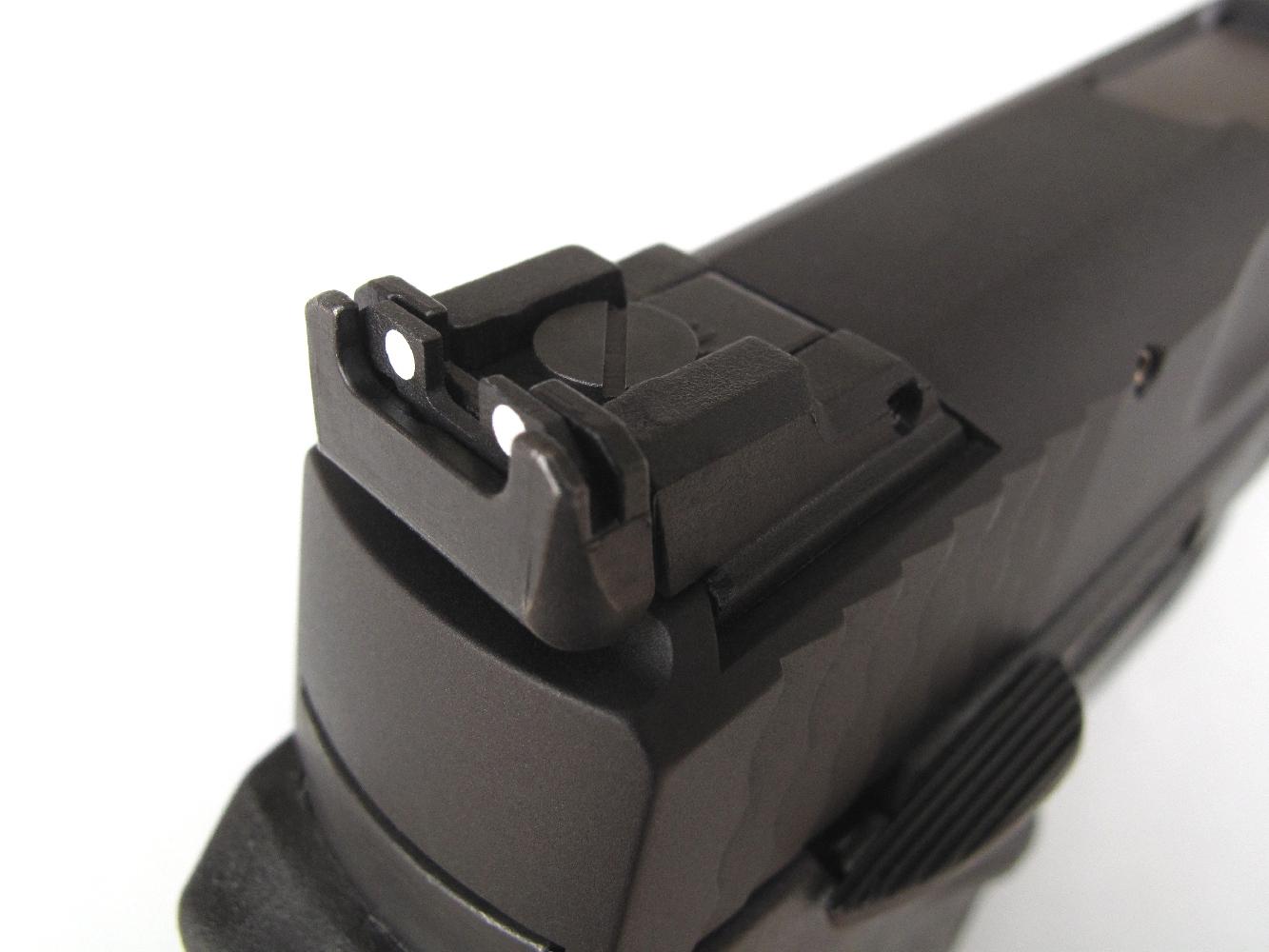 Ce pistolet à percussion annulaire est équipé d'une hausse micrométrique, réglable en site et en azimut.