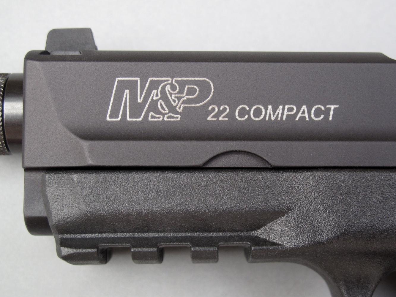 La désignation du modèle est finement gravée au laser sur le côté gauche de la glissière, soulignée par une discrète couleur argentée.