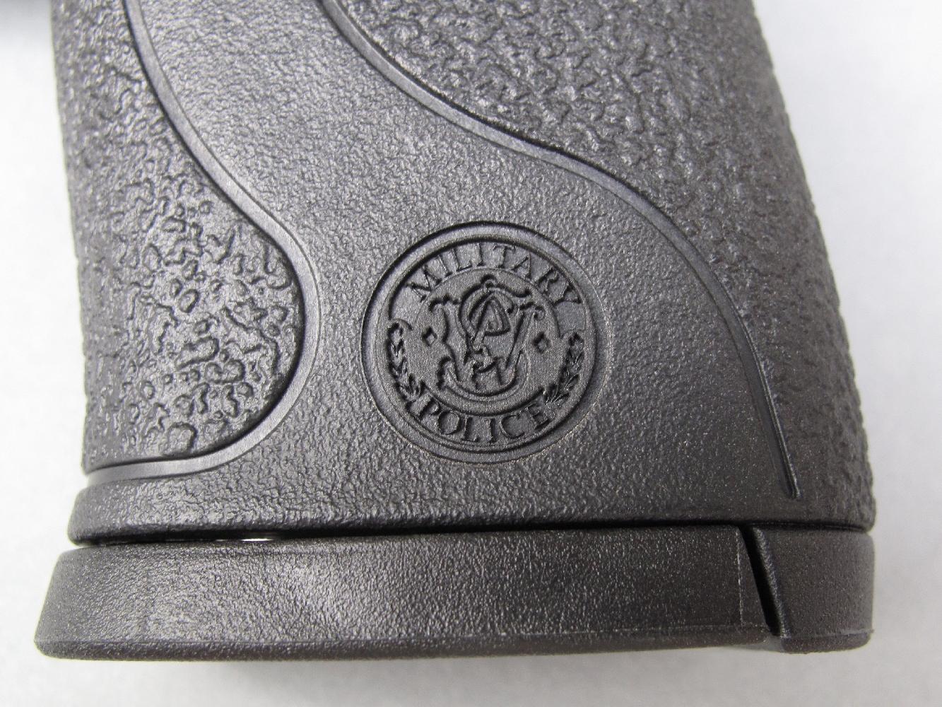 Le sigle de la firme américaine, entouré par le nom générique du modèle, est moulé de chaque côté de la poignée en polymère.