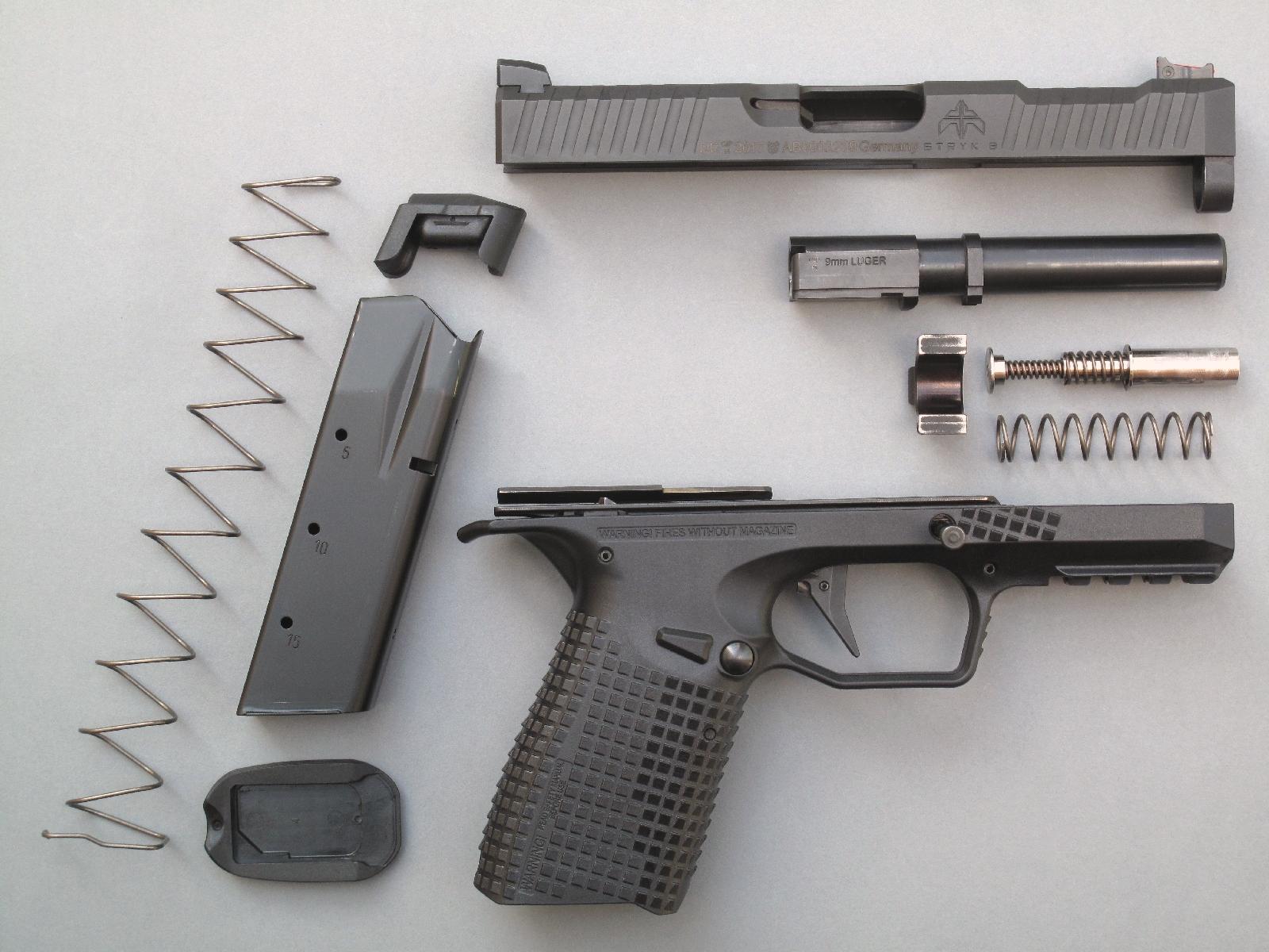 Ensemble, sommairement démonté, des éléments qui composent le pistolet Stryk B et son chargeur de 15 coups.