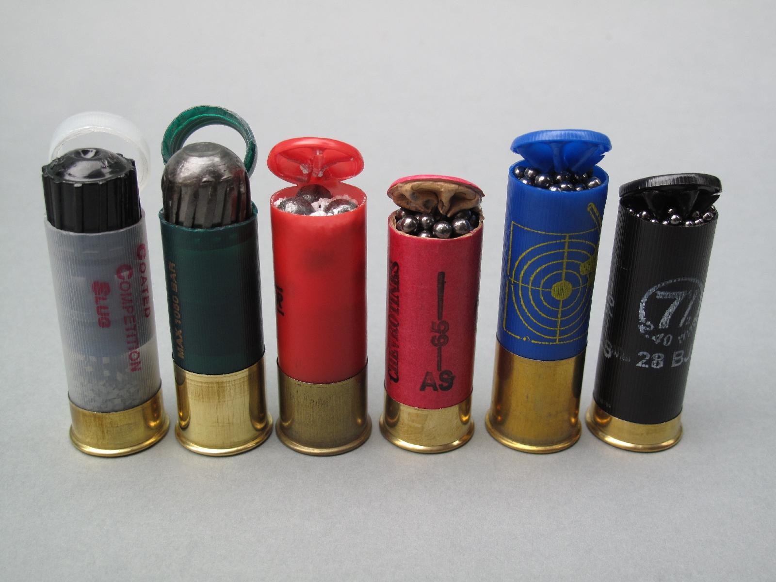 Diverses cartouches que nous avons testées dans cette arme, de gauche à droite : Geco « Coated Competition Slug » à balle recouverte de téflon ; Remington « Slugger » ; Winchester à chevrotine 9 grains ; ASTG « Antic » à chevrotine « 00 » ; CFA Spéciale Magnum à plombs n° 2 ; ASTG « cartouche de merde » à plombs n° 7 ½.