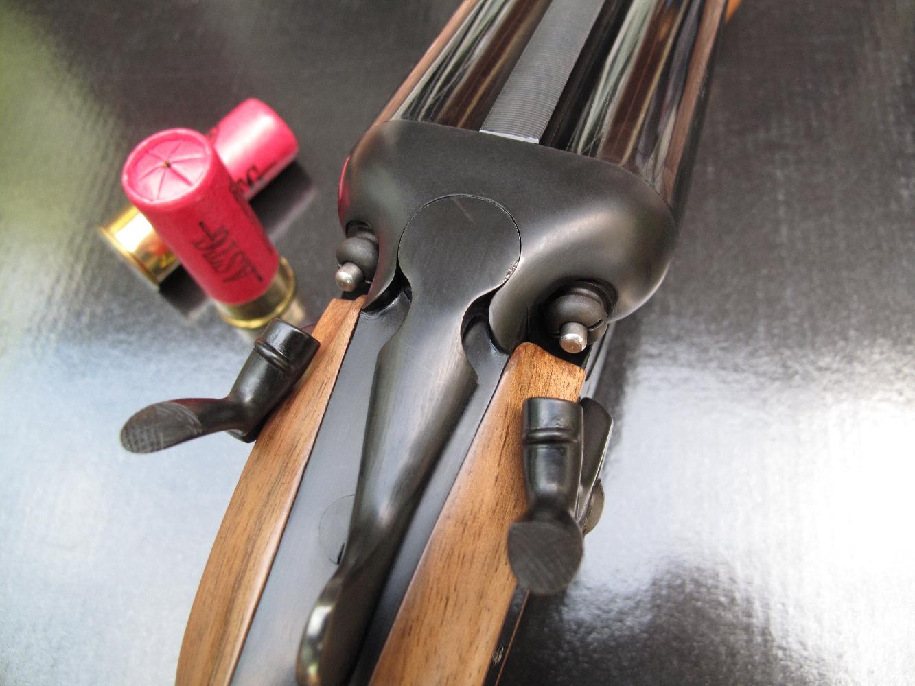 La platine à chiens et percuteurs externes permet de visualiser instantanément si le fusil est prêt à faire feu, comme c'est le cas ici avec les deux chiens au cran d'armé.