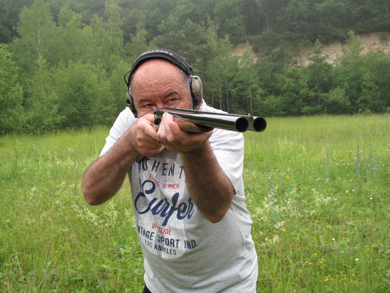 Les bouches béantes des deux canons juxtaposés de calibre 12 (diamètre interne de 18,6 mm) procurent à ce fusil un aspect dissuasif tout à fait convainquant...