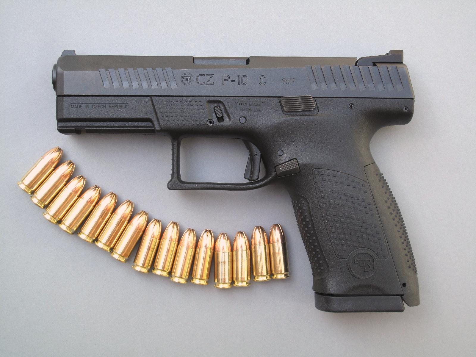 Le talon plat, qui procure au chargeur une capacité de 15 coups, permet de diminuer au maximum l'encombrement de ce pistolet compact.