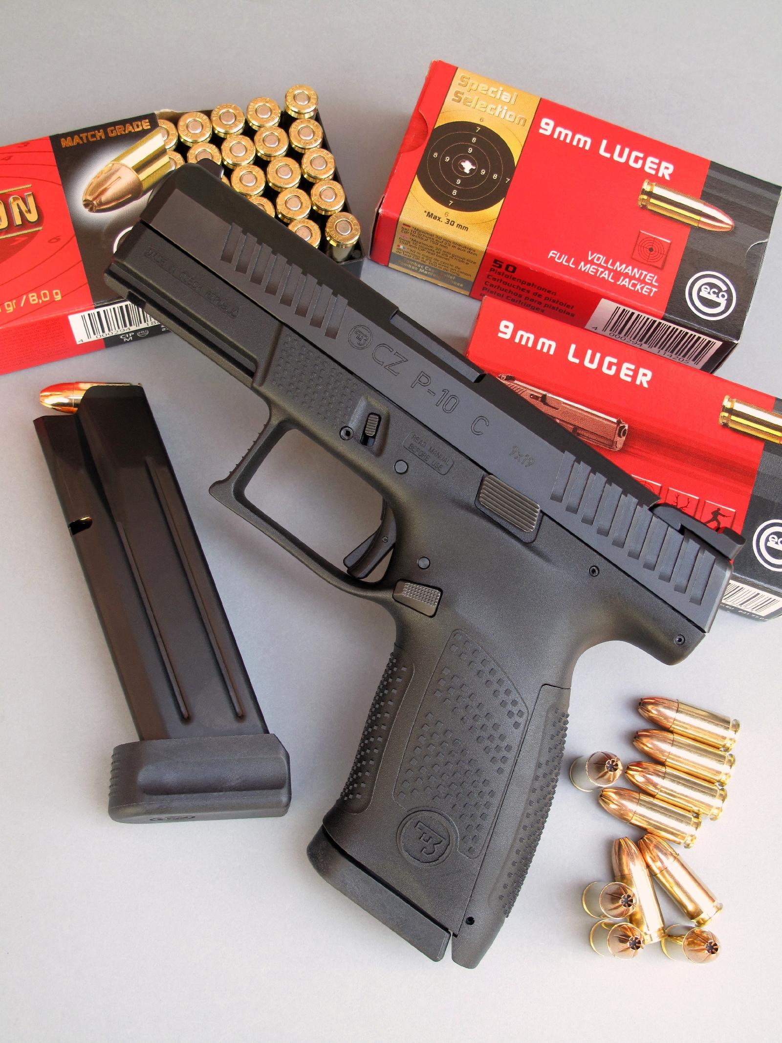 Le pistolet CZ P-10 C est accompagné ici par son second chargeur équipé d'un talon « +2 » lui assurant une capacité de 17 cartouches.
