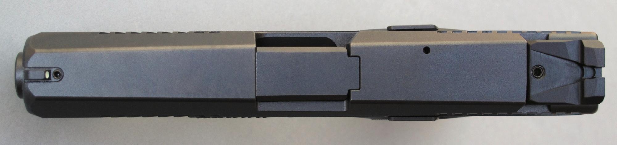 Cette vue du dessus de l'arme permet de constater l'absence d'aspérités, les commandes ambidextres n'occasionnant quasiment aucune proéminence.