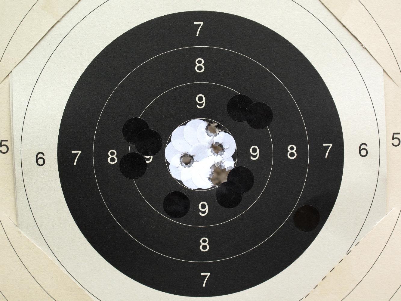 Les gommettes noires et blanches sont indispensables aux tireurs sportifs parce qu'ils permettent de réutiliser de nombreuses fois leurs cibles en carton.