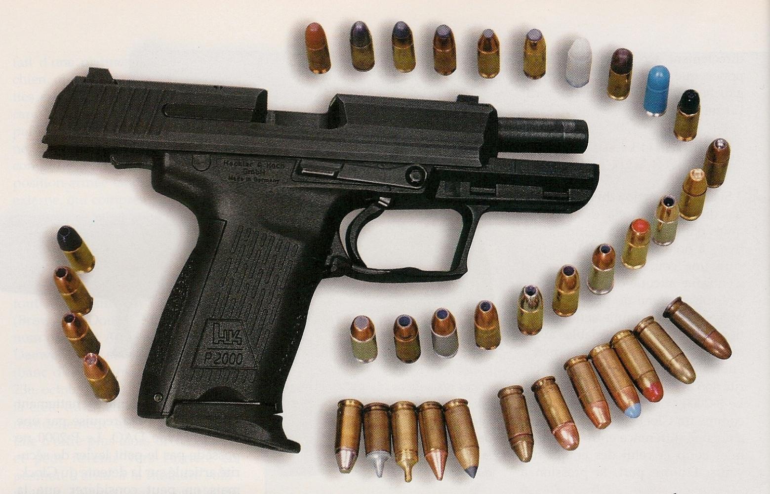 Le P-2000, culasse ouverte, côtoie ici une petite collection de cartouches civiles et militaires en calibre 9 mm Parabellum.