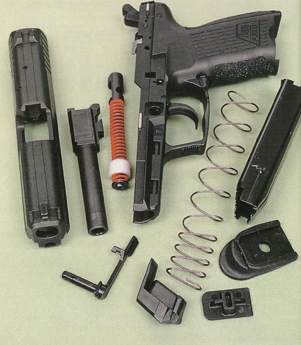 Le démontage sommaire fait apparaître un ressort récupérateur de type plat, emprisonné sur la tige guide, à l'instar des pistolets Glock et du HK USP Compact.