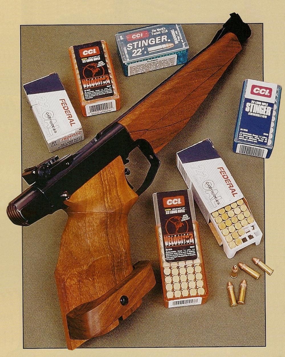 Le pistolet à un coup Drulov modèle 90 utilisé pour les essais, entouré des différentes munitions testées.