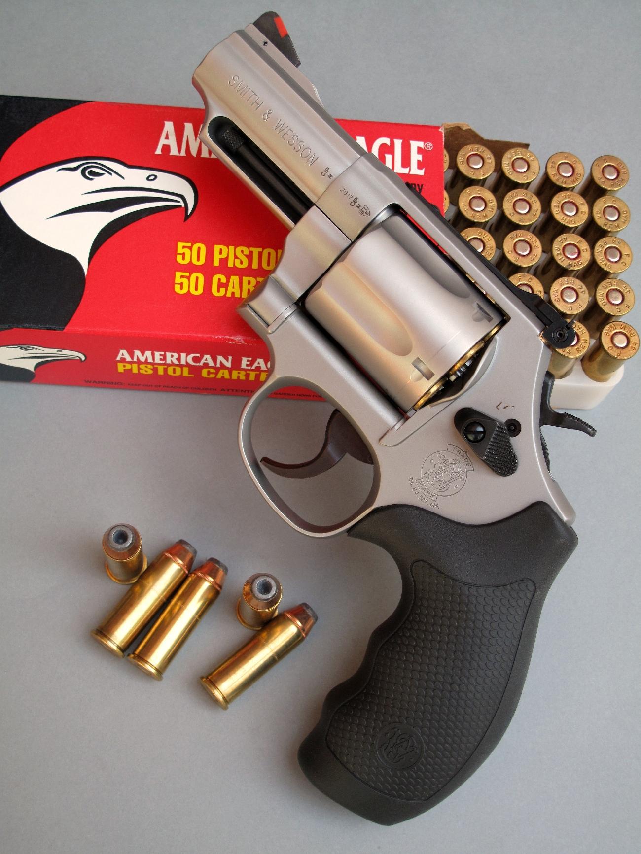 Le S&W modèle 69 est un revolver de défense à canon très court chambré pour le puissant calibre .44 Magnum.