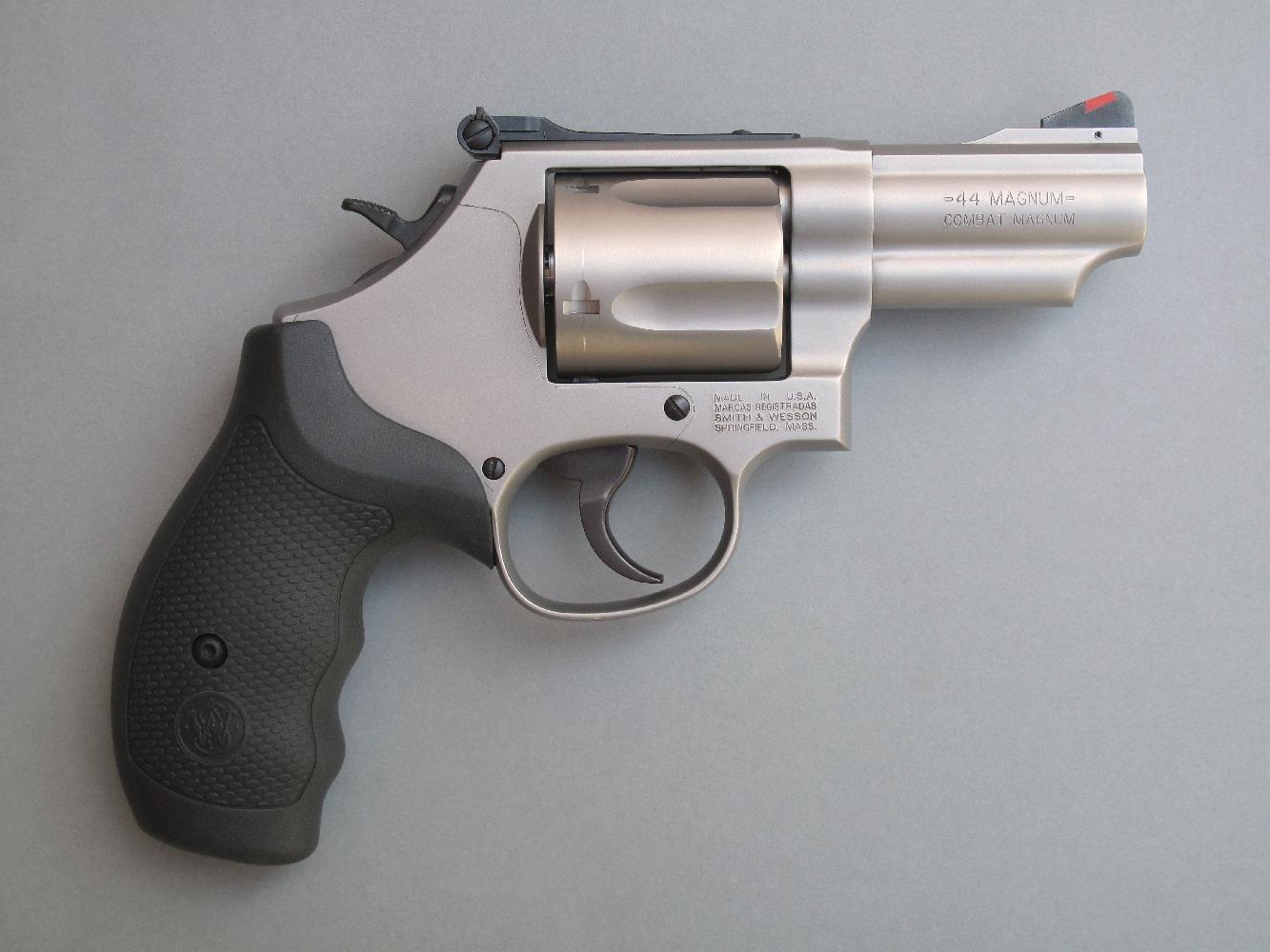 Le S&W modèle 69 dispose d'une platine sélective permettant le tir en simple ou en double action au gré de l'utilisateur et il bénéficie d'une hausse réglable associée à un guidon muni d'un insert coloré.