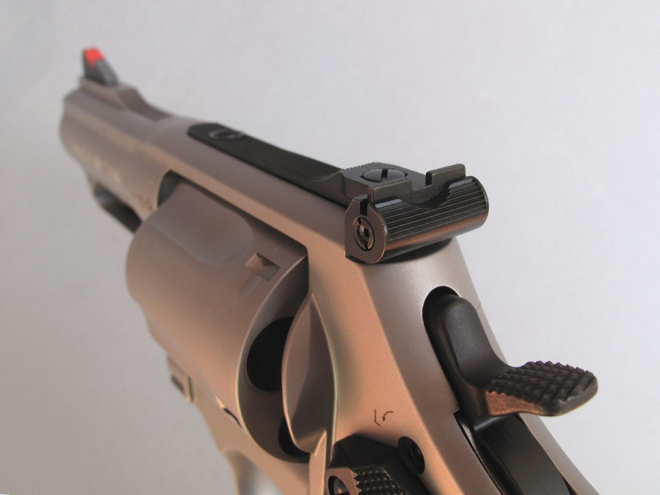 Le S&W modèle 69 dispose d'une hausse en acier, réglable en site et en azimut, un perfectionnement dont les revolvers de défense sont rarement équipés.