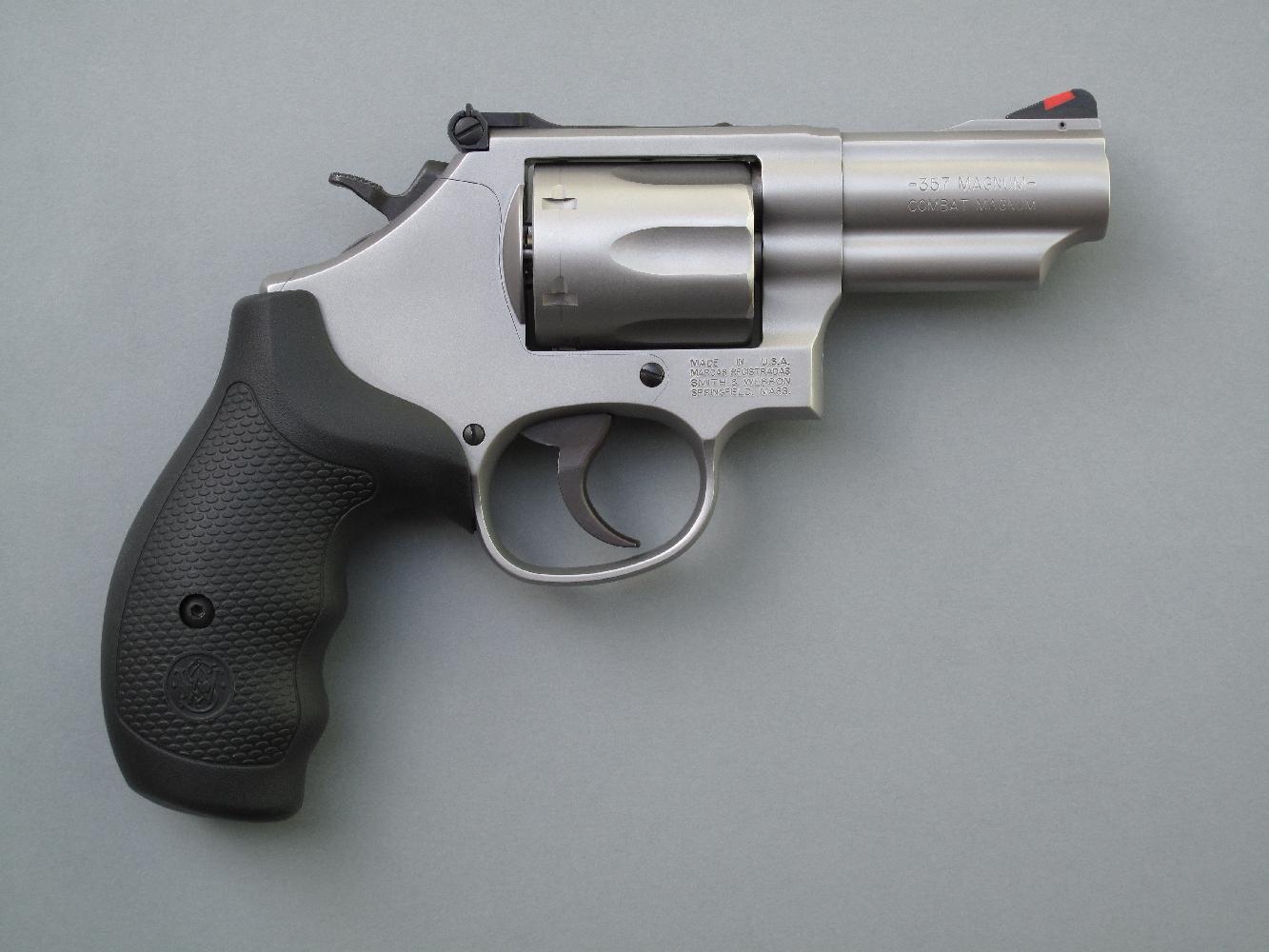 Ce revolver se démarque radicalement des traditionnels « snub noses » par son puissant calibre et par la présence d'une hausse réglable qui lui assure sa précision en cible.