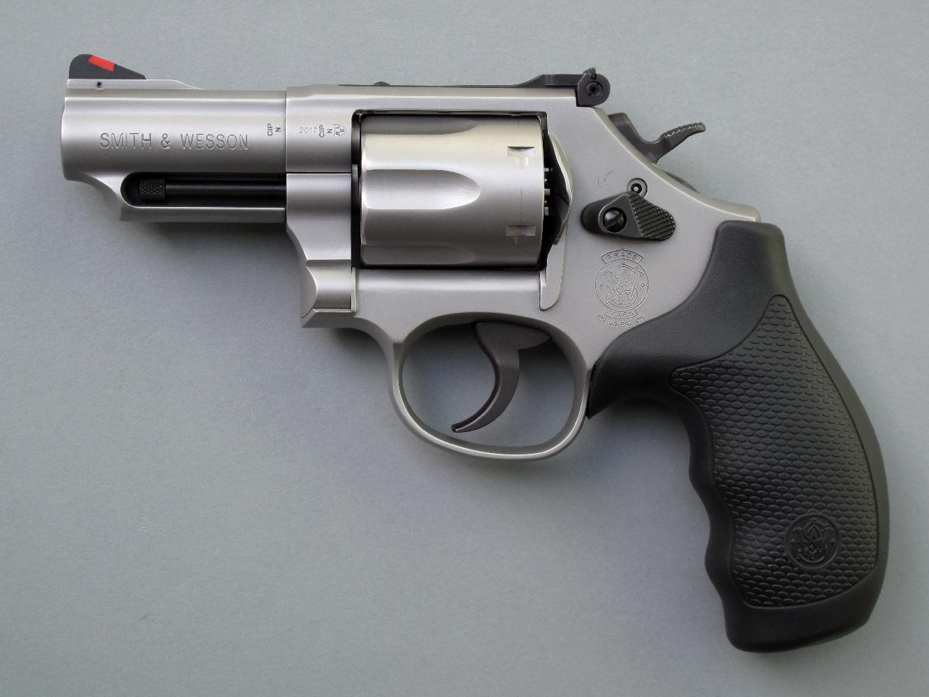 Le S&W modèle 66-8 est un revolver de service auquel son canon très court confère une grande maniabilité, tandis que sa réalisation en acier inoxydable le met l'arme à l'abri de la corrosion.