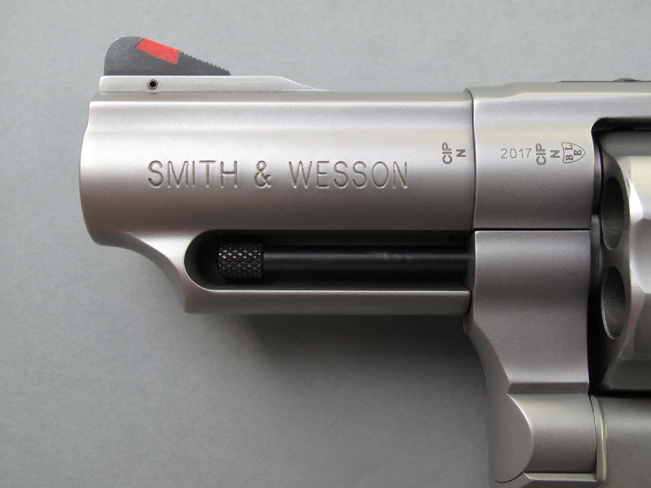 Le nom du fabricant est profondément gravé sur le flanc gauche du manchon qui recouvre son petit canon de deux pouces trois-quarts.