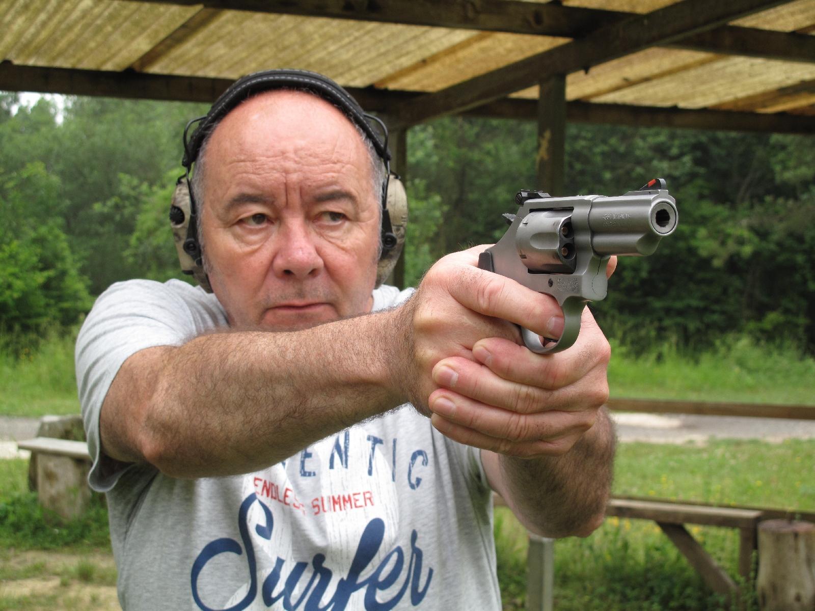 Ses plaquettes de poignée en polymère recouvert de néoprène se révèlent d'un grand secours pour permettre de maîtriser le recul lors des tirs effectués avec des cartouches de calibre .357 Magnum.