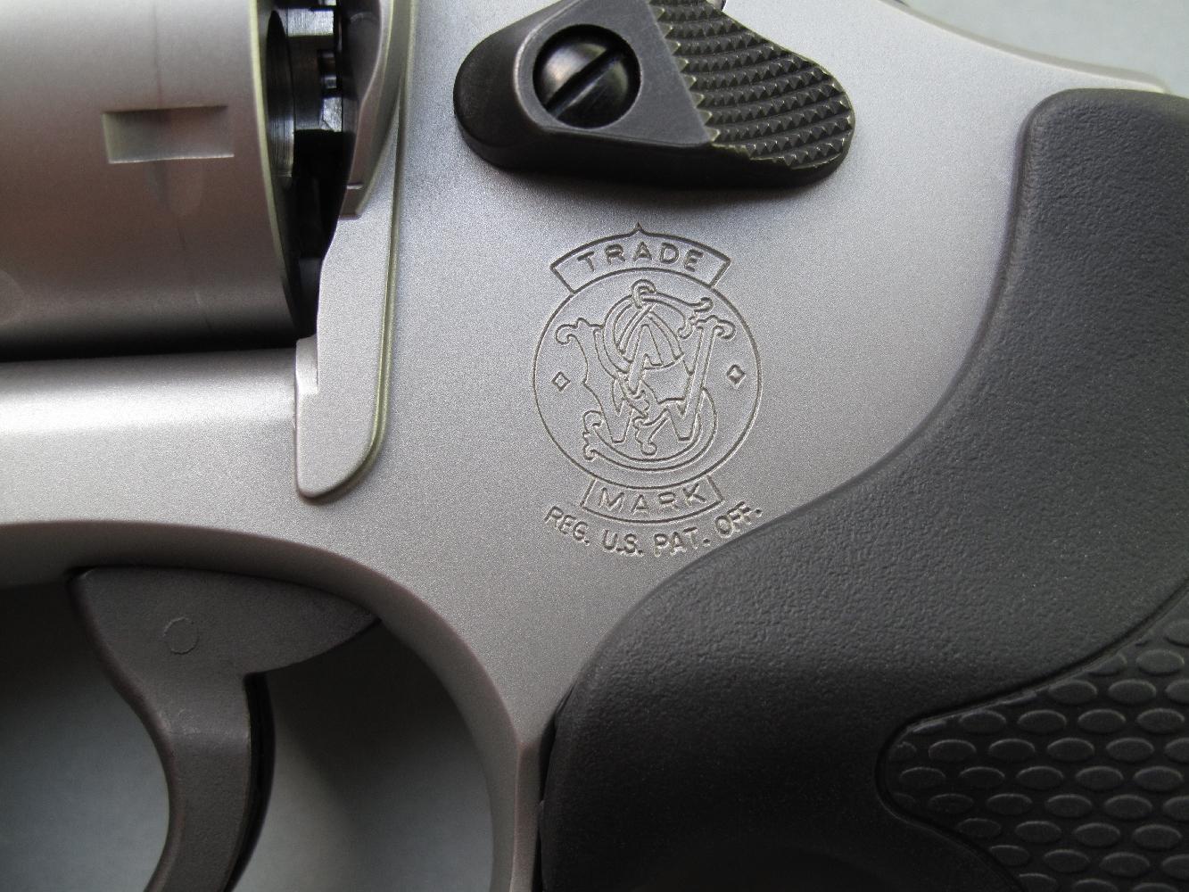 Le célèbre logo, dont la firme américaine ne s'est jamais départie durant ses quelques cent soixante années d'existence, est gravé sur le flanc gauche de la carcasse.