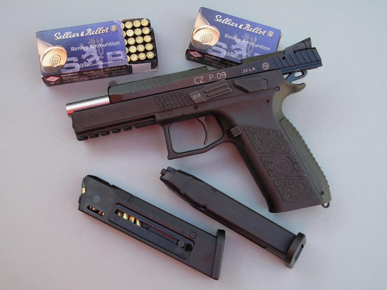 Ce pistolet à percussion annulaire fonctionnant selon le système de la culasse non calée, le canon reste fixe et seule la culasse recule après le départ du coup.