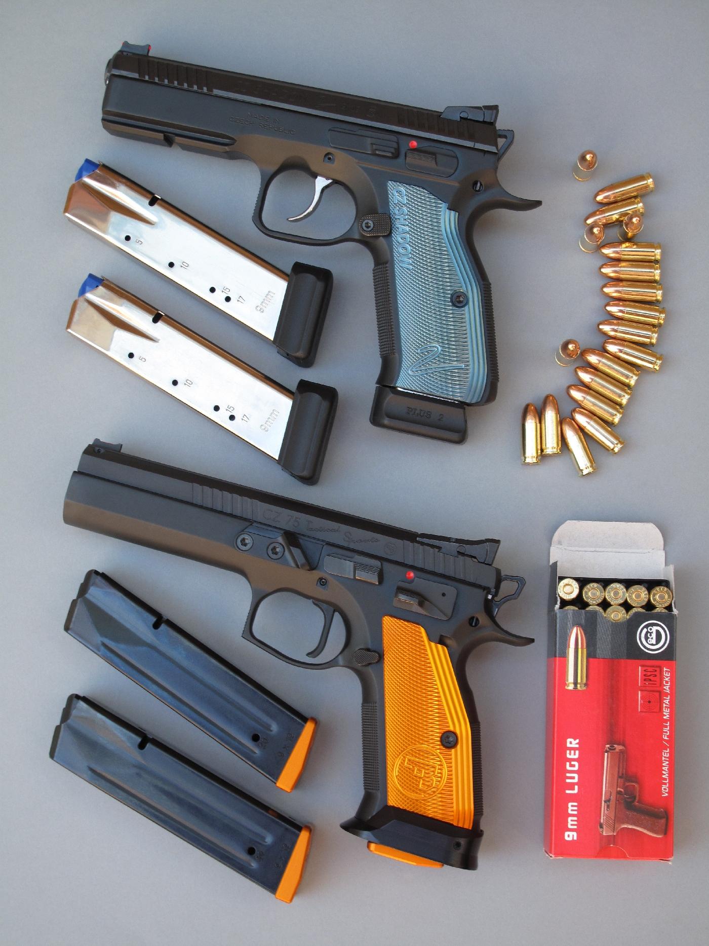 Les pistolets CZ 75 « Shadow 2 » et CZ 75 « Tactical Sports », accompagnés chacun par leurs trois chargeurs d'une capacité respective de dix-neuf et vingt coups.