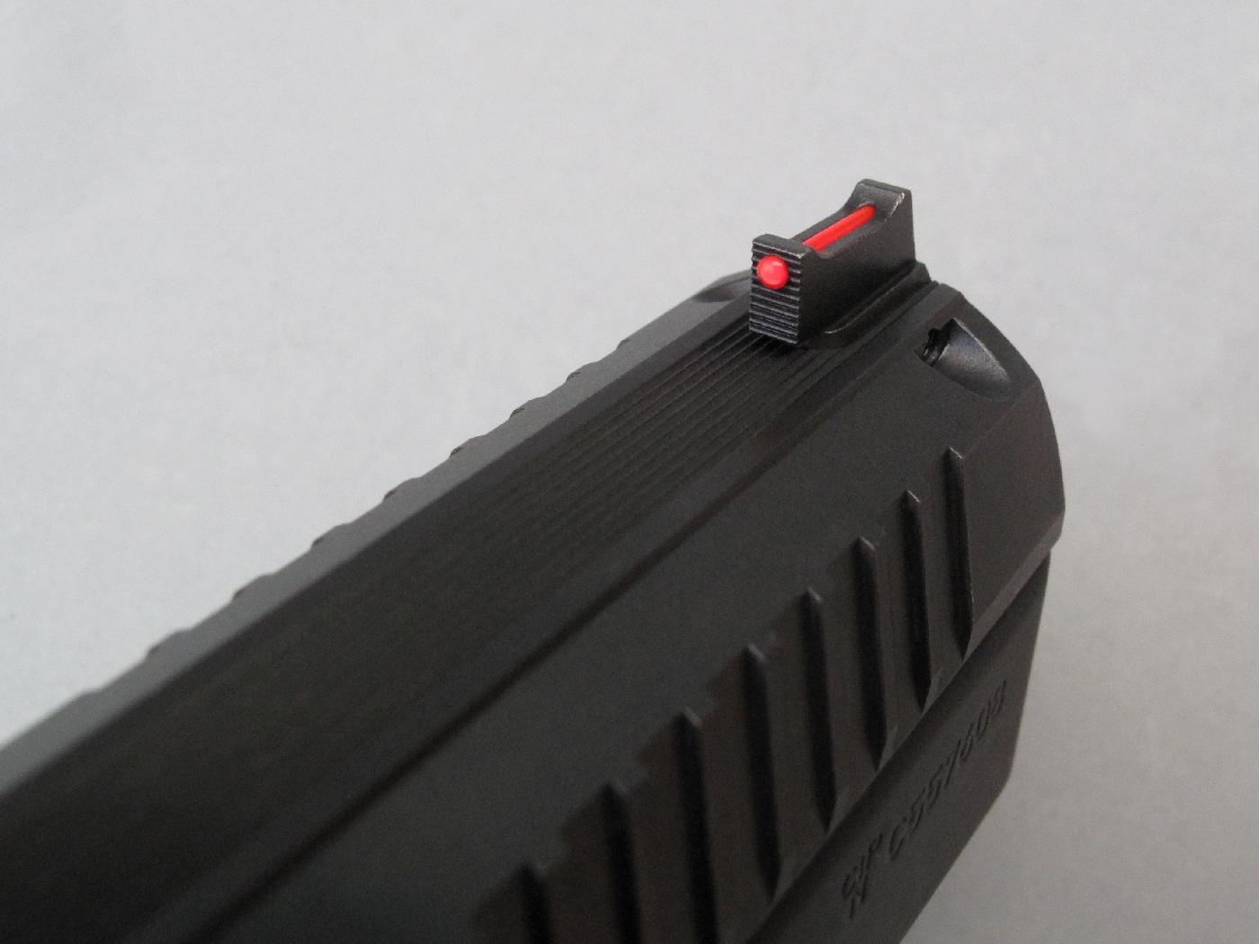 Les guidons de ces deux pistolets bénéficient du remarquable contraste que leur apporte l'intégration d'une fibre optique de couleur rouge.