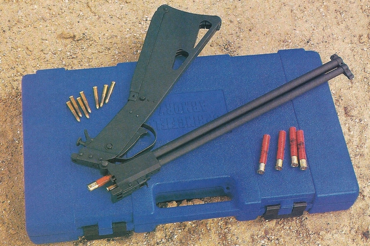 Hormis le système de sécurité désormais placé sur le sélecteur du marteau, les petits changements apportés à la nouvelle M6 Scout ne nous ont pas convaincus : le pontet ne semble pas avoir d'autre utilité que d'empêcher de replier totalement l'arme et la mallette de transport prend beaucoup trop de place.