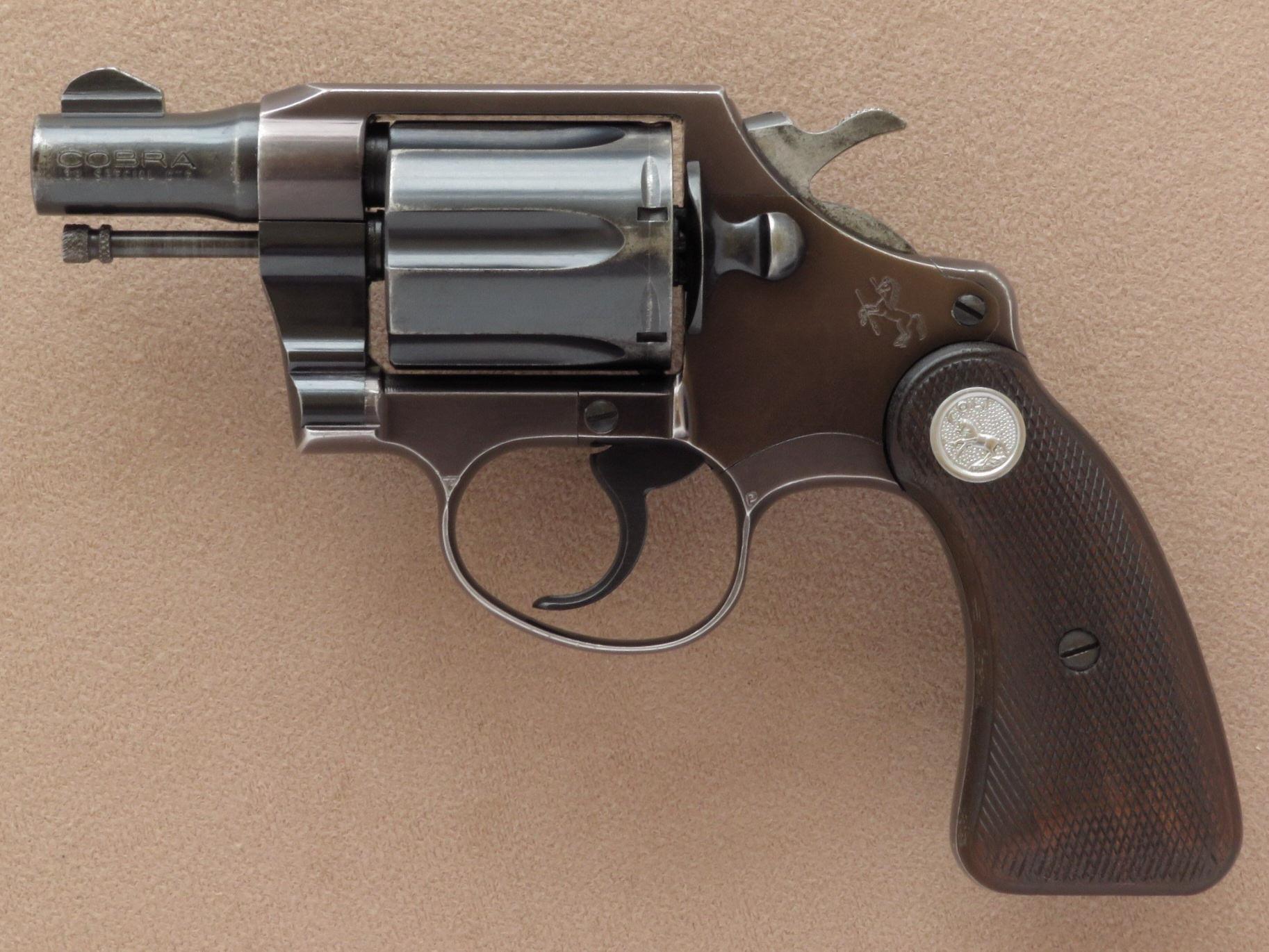 Le premier modèle lancé par Colt en 1950, que les américains désignent aujourd'hui comme « Cobra First issue », était construit sur la base d'une carcasse en alliage d'aluminium.