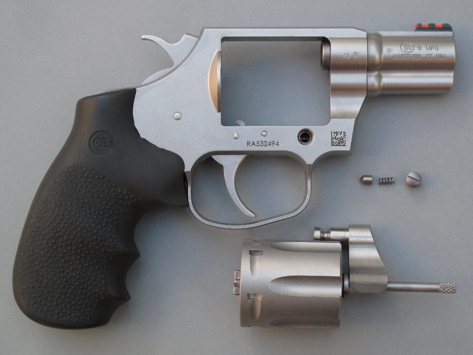 Une grosse vis, accessible sur le côté droit de la carcasse, permet la dépose instantanée du pivot de barillet afin de procéder plus aisément au nettoyage de l'arme.