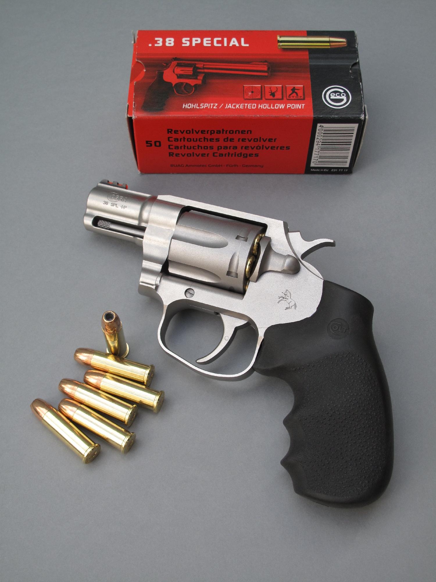 Le Colt Cobra est un revolver de défense à six coups compact et léger auquel sa fabrication en acier inoxydable apporte une excellente résistance à la corrosion.