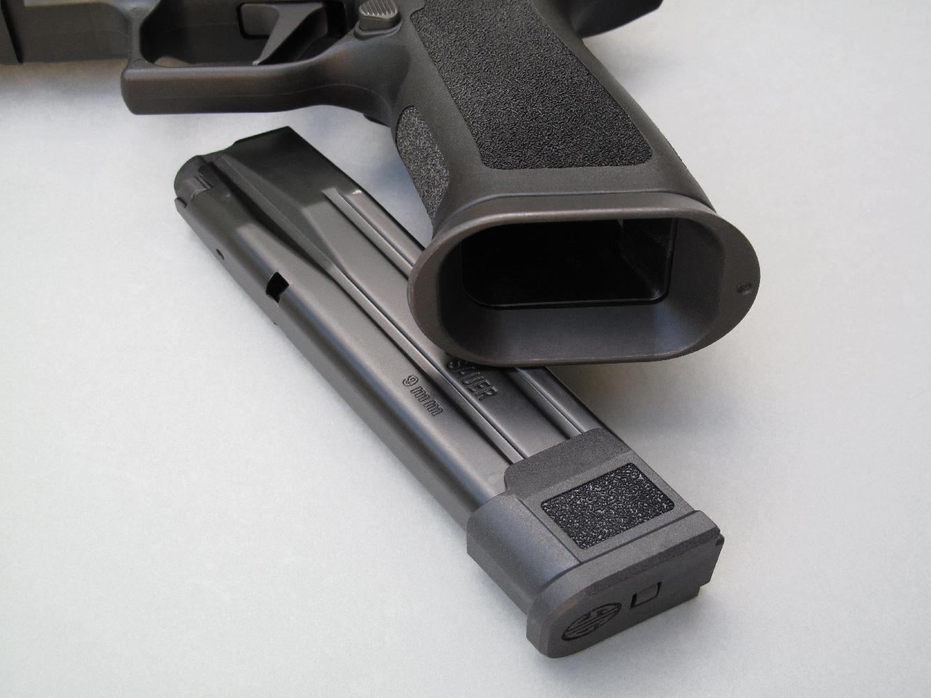Ce pistolet est équipé d'un vaste Jet Funnel qui améliore la prise en main de la poignée tout en facilitant l'introduction rapide du chargeur.