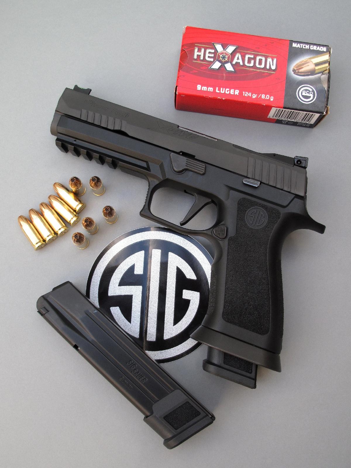 Le pistolet SIG-Sauer P-320 « X-Five » est livré avec deux chargeurs à très grande capacité qui accueillant chacun vingt cartouches de calibre 9 mm Parabellum emmagasinées sur deux piles imbriquées.