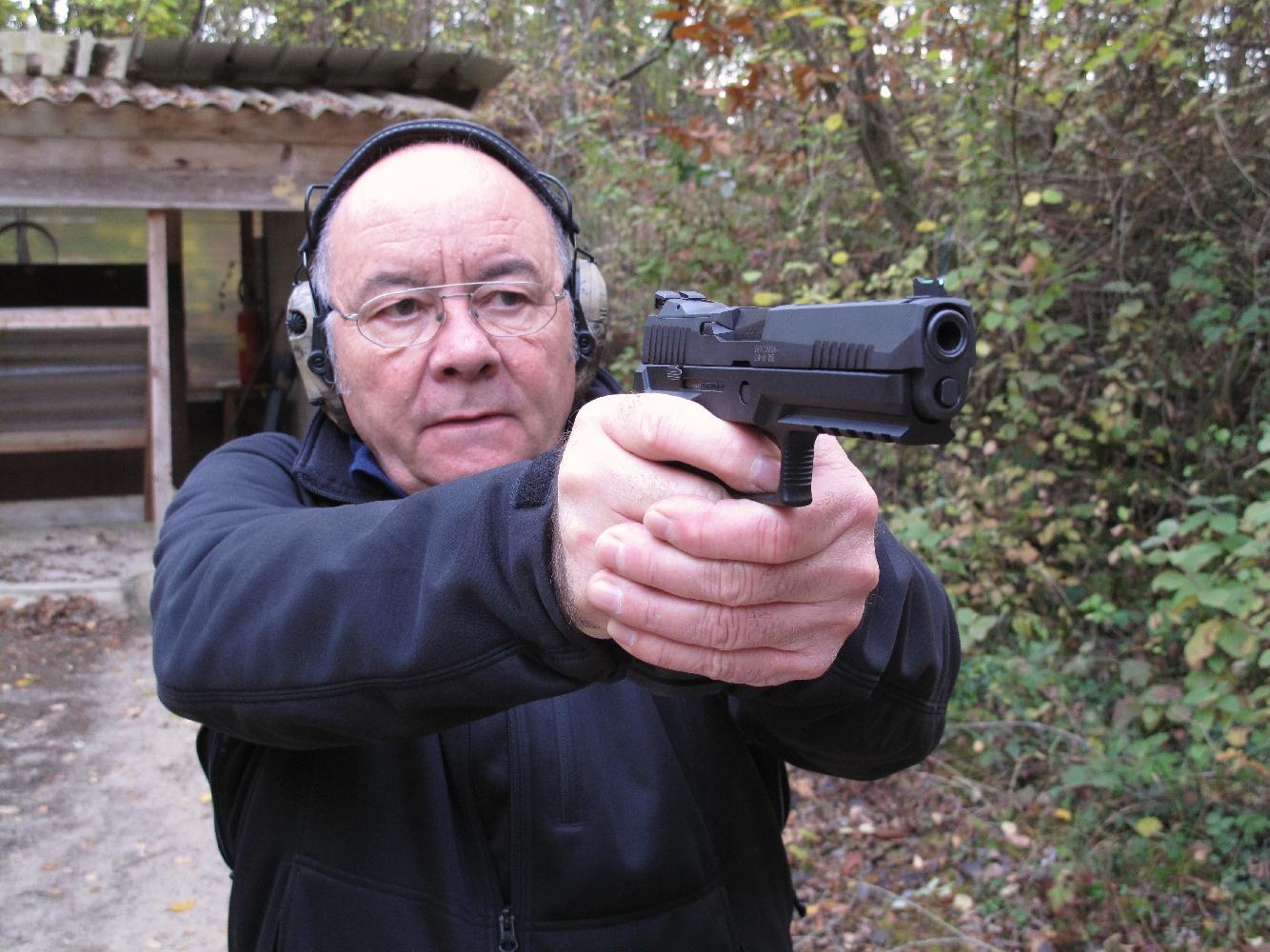 Ce pistolet, dont la poignée redessinée procure une excellente prise en main, bénéficie de la légèreté que lui procure sa carcasse en polymère.