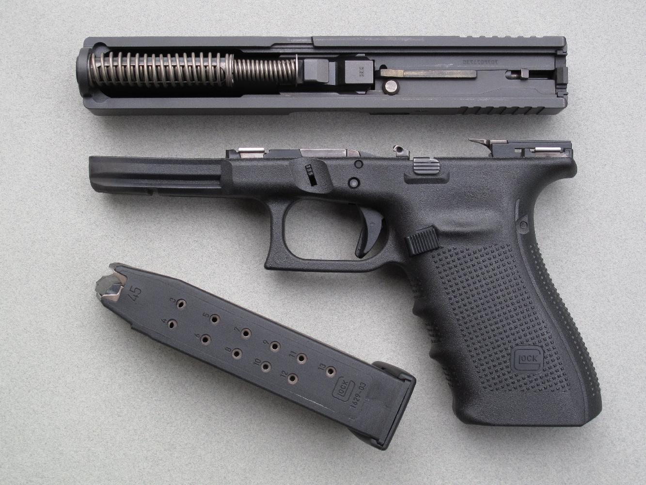 Comme sur tous les pistolets Glock, le démontage de la glissière s'effectue de façon instantanée et sans outil.