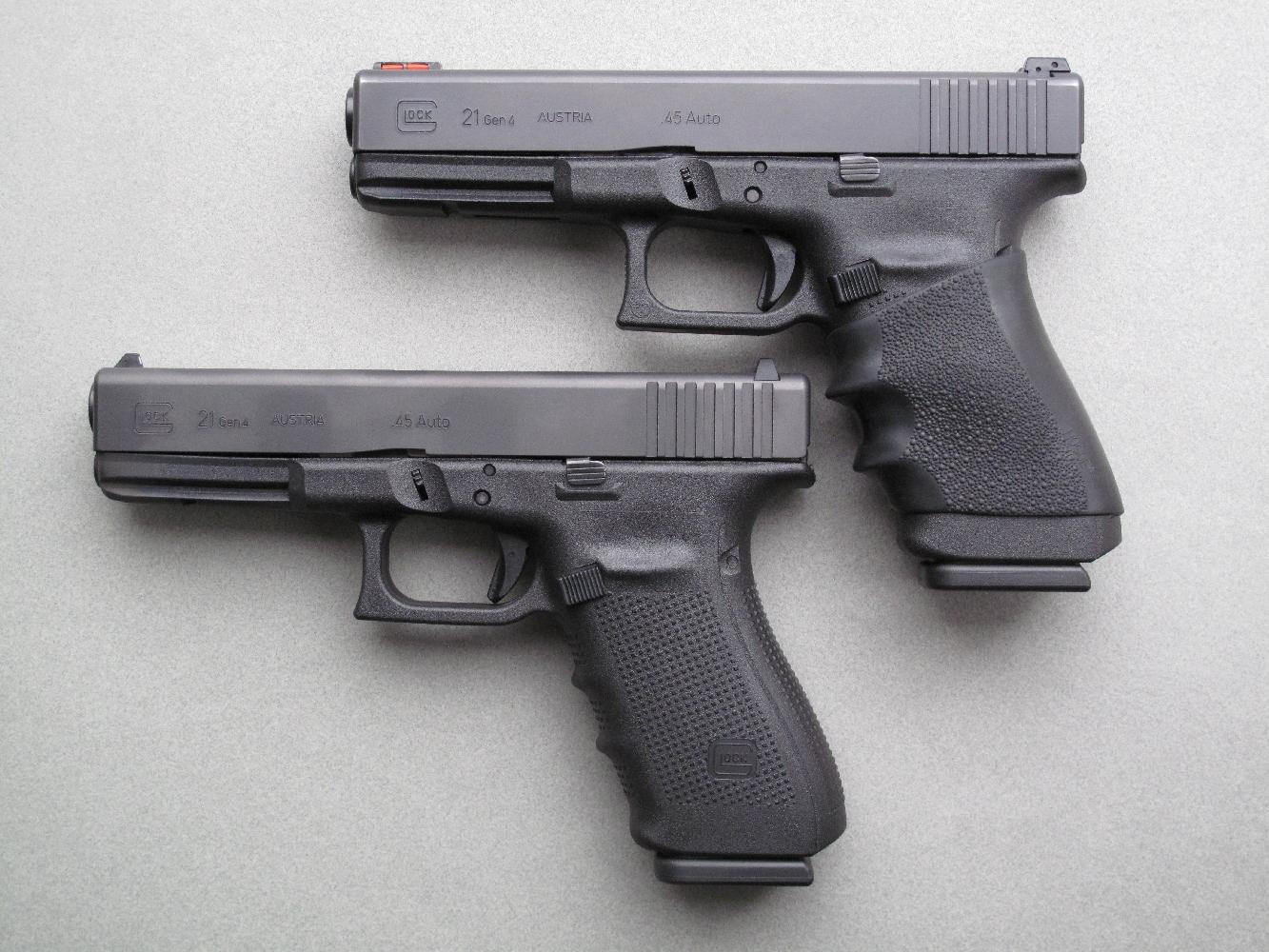 Comparaison entre le Glock 21 standard qui nous a été confié pour cet essai et l'arme personnelle de Jean, laquelle a reçu quelques améliorations au niveau du départ, de la prise en main et des éléments de visée.