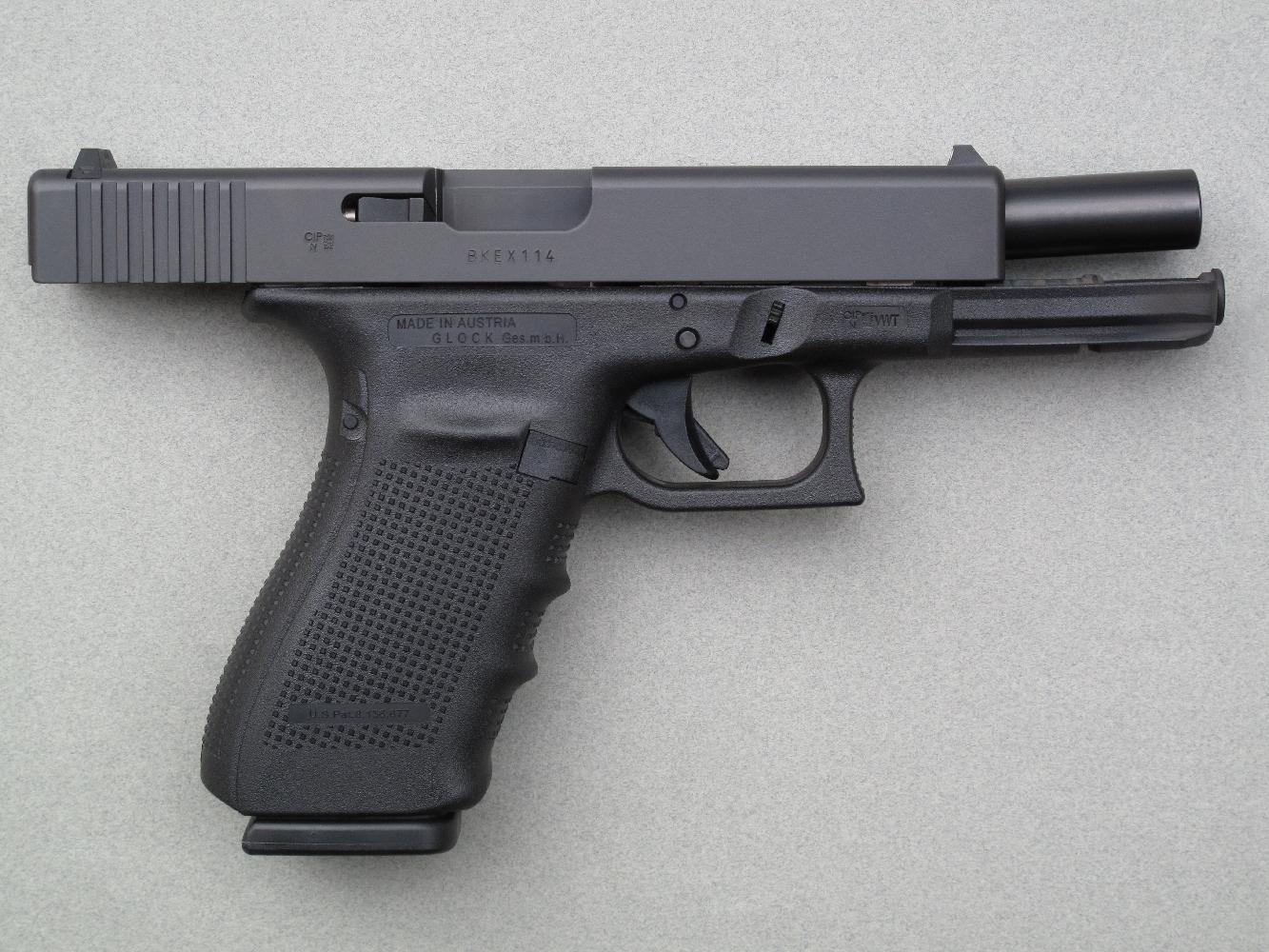 Ce pistolet fonctionne au moyen d'une culasse calée, déverrouillée par l'abaissement de la partie arrière du canon après un très court recul de ce dernier.