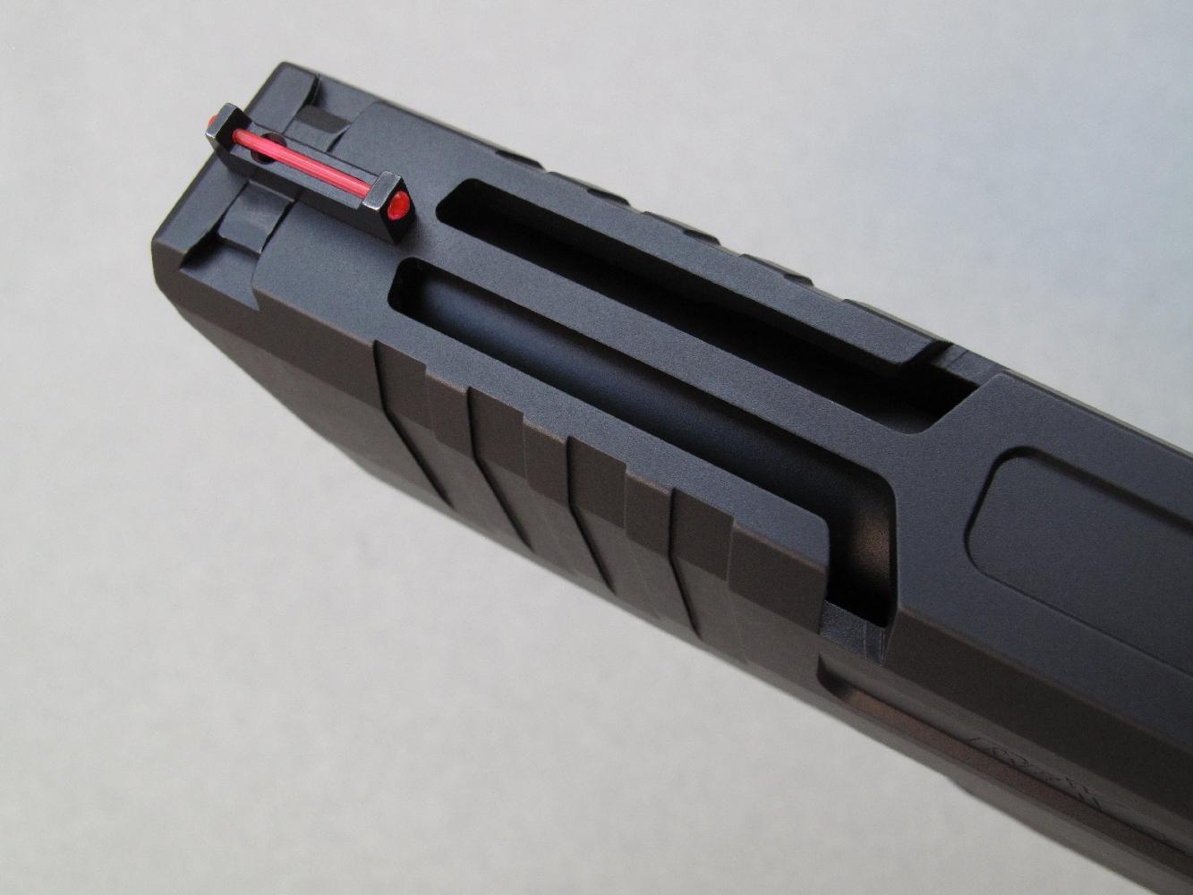 Deux longues découpes sont usinées sur la culasse à glissière dans le but de faciliter le refroidissement du canon.